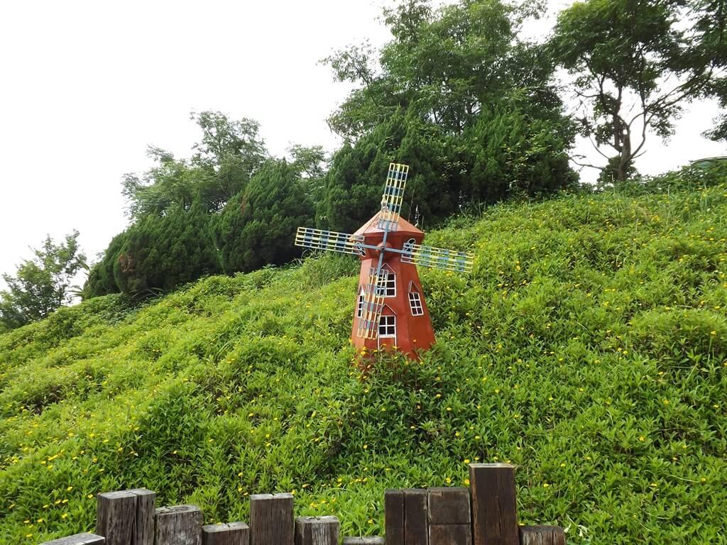 森林鳥花園的圖片:坡上的風車造景