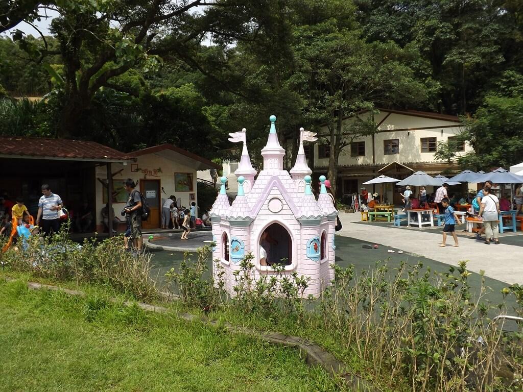 森林鳥花園的圖片:非常多小女孩搶著要玩的迪士尼小城堡