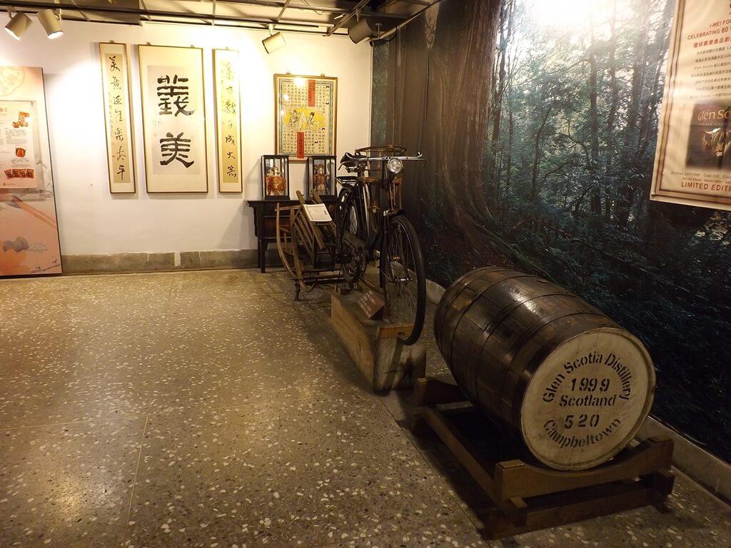 義美食品觀光工廠(義美食品生產.生態.生活廠區)的圖片:義美創業八十週年紀念的威士忌酒桶