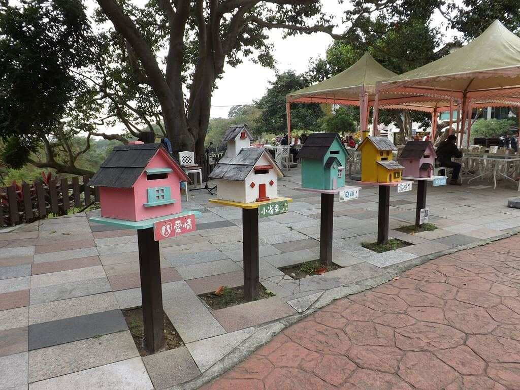 心鮮森林的圖片:各式各樣的彩色小郵筒