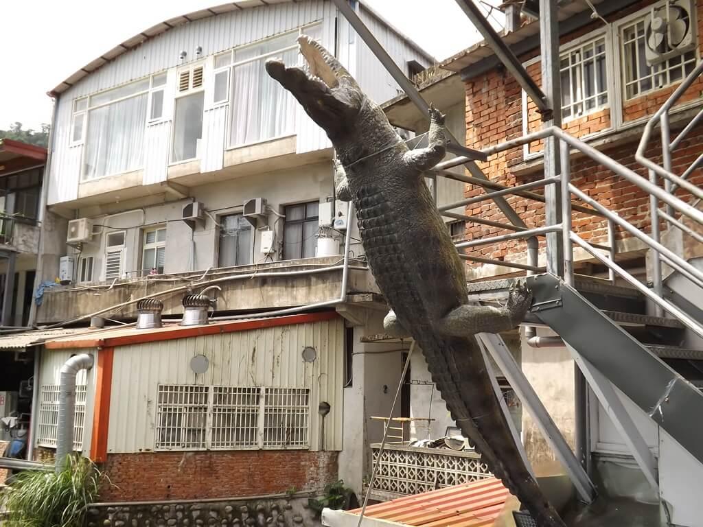 內灣老街的圖片:倒立的鱷魚造型