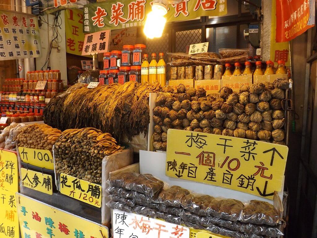 內灣老街的圖片:自產自銷的梅干菜、地瓜脯、人蔘脯