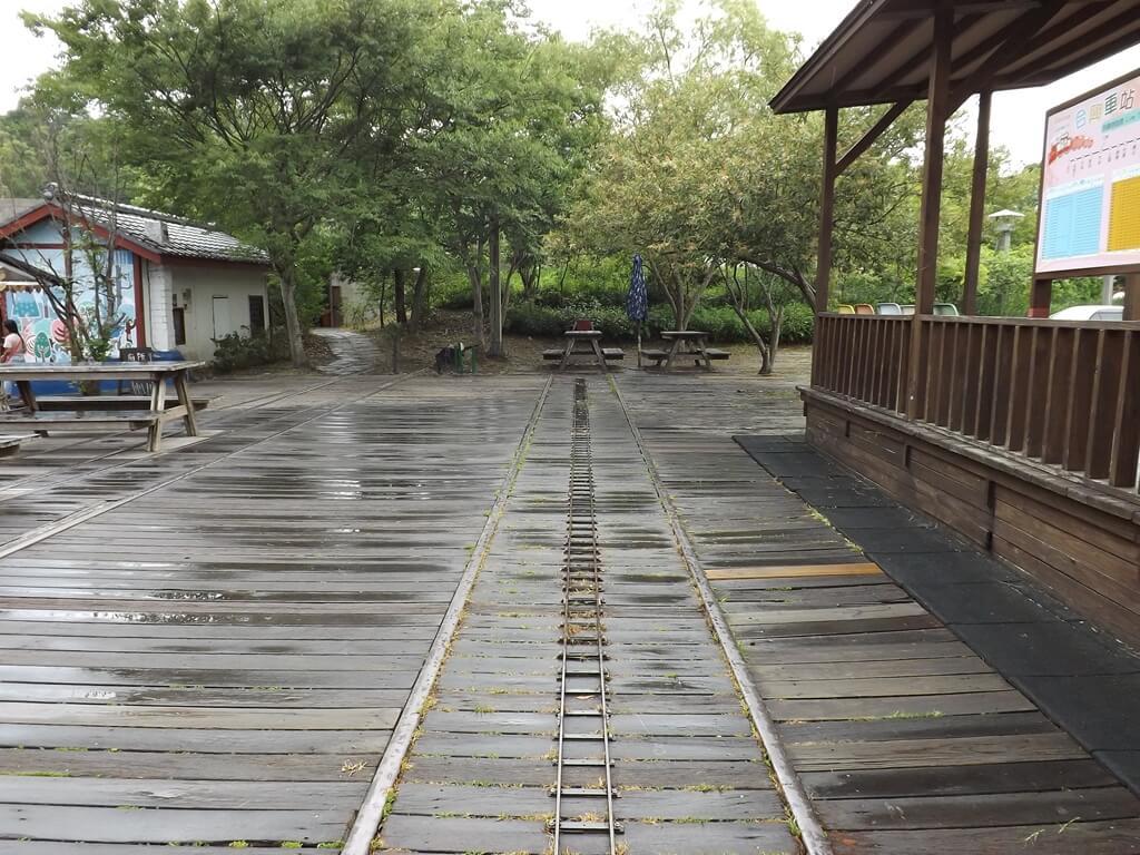 合興車站的圖片:愛情月台後的舊鐵道