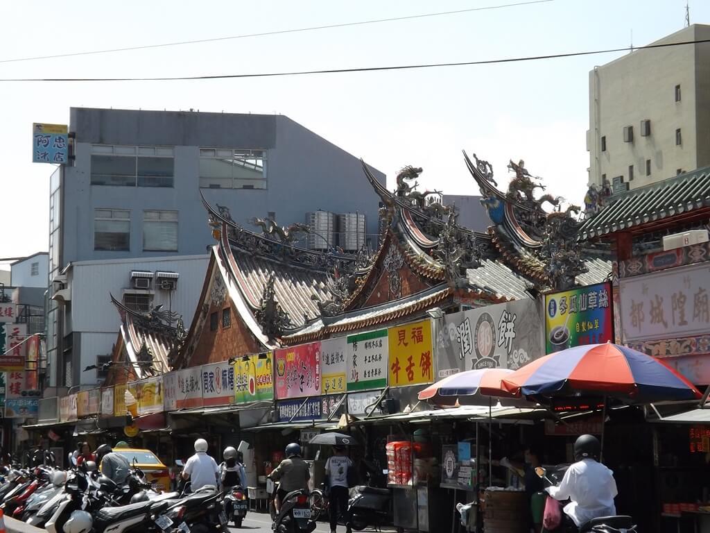 新竹都城隍廟的圖片:城隍廟側面外觀可以看出三殿式建築屋頂