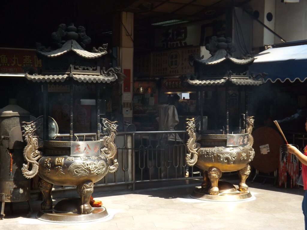 新竹都城隍廟的圖片:三川殿前的兩座爐