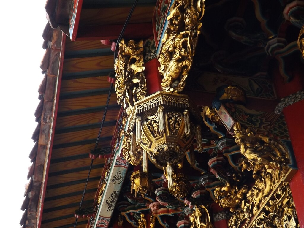 新竹都城隍廟的圖片:三川殿屋簷下精緻的木雕