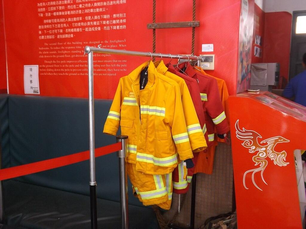 新竹市消防博物館的圖片:一樓大廳消防員的舊式救火衣展示