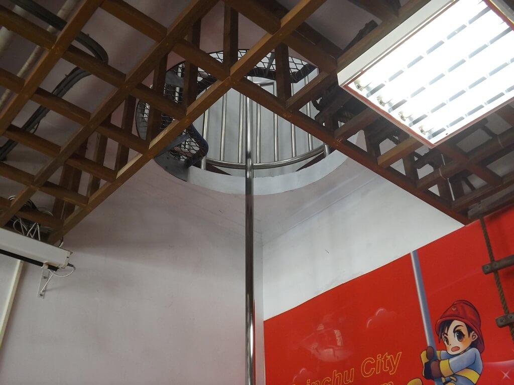 新竹市消防博物館的圖片:消防人員出勤滑杆(一樓大廳旁)