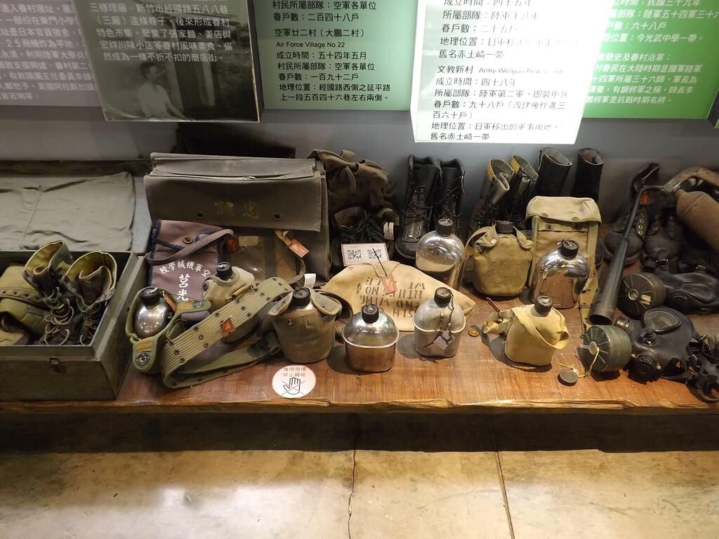 新竹市眷村博物館的圖片:新竹市眷村博物館內的退役軍用品展示