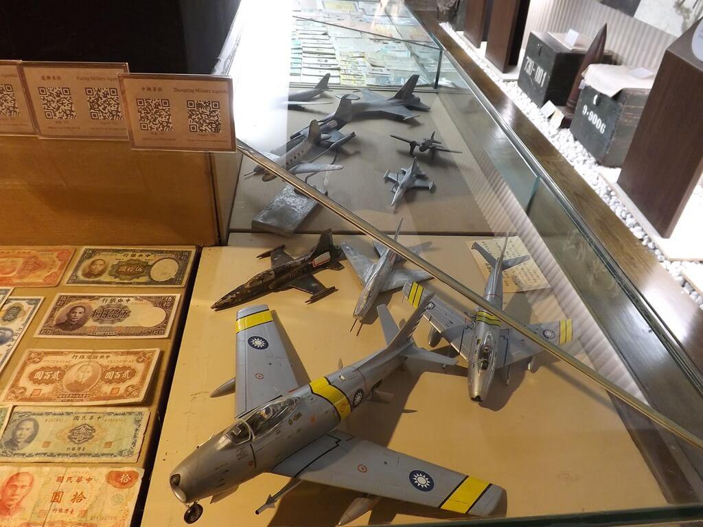 新竹市眷村博物館的圖片:早期的紙幣與飛機模型展示