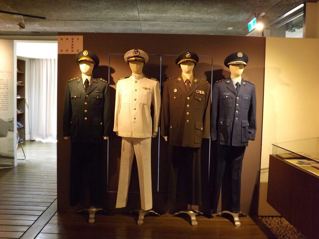 新竹市眷村博物館的圖片:陸海空軍便服展示