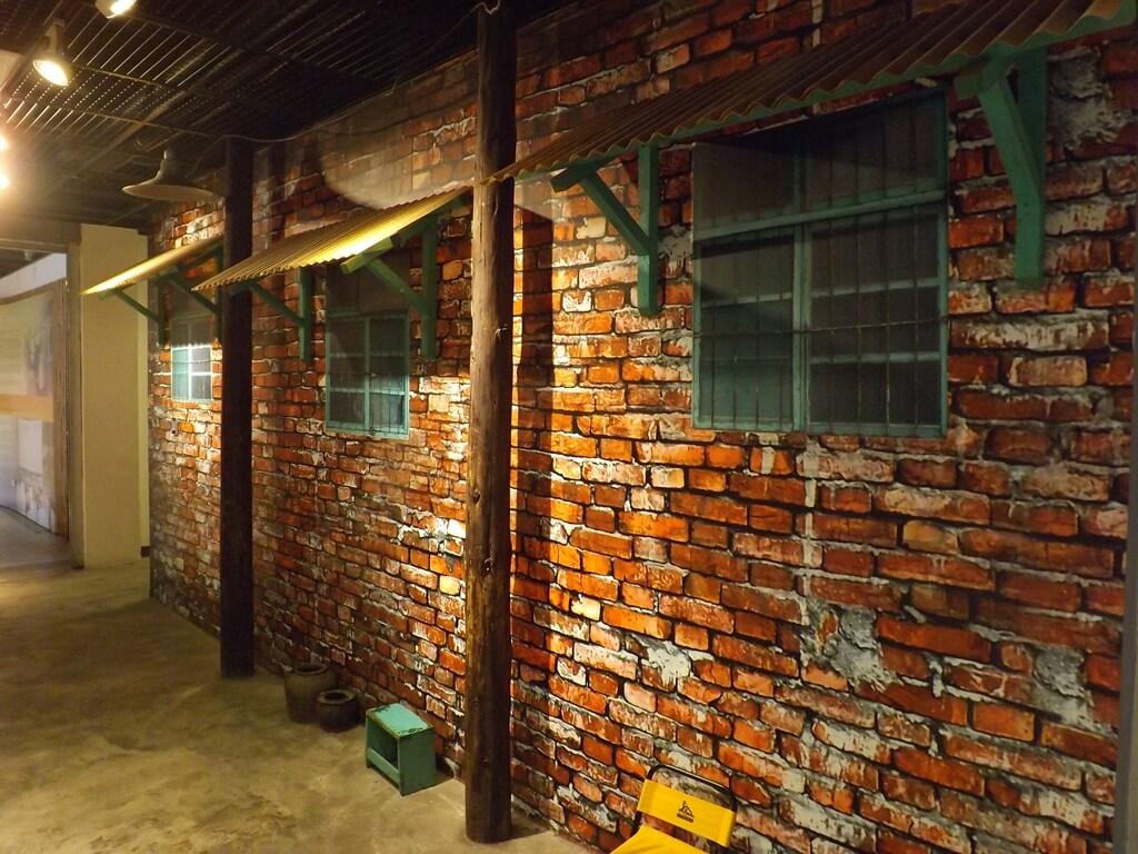 新竹市眷村博物館的圖片:舊時眷村常見的紅磚牆及有鐵窗的木窗(大圖輸出)