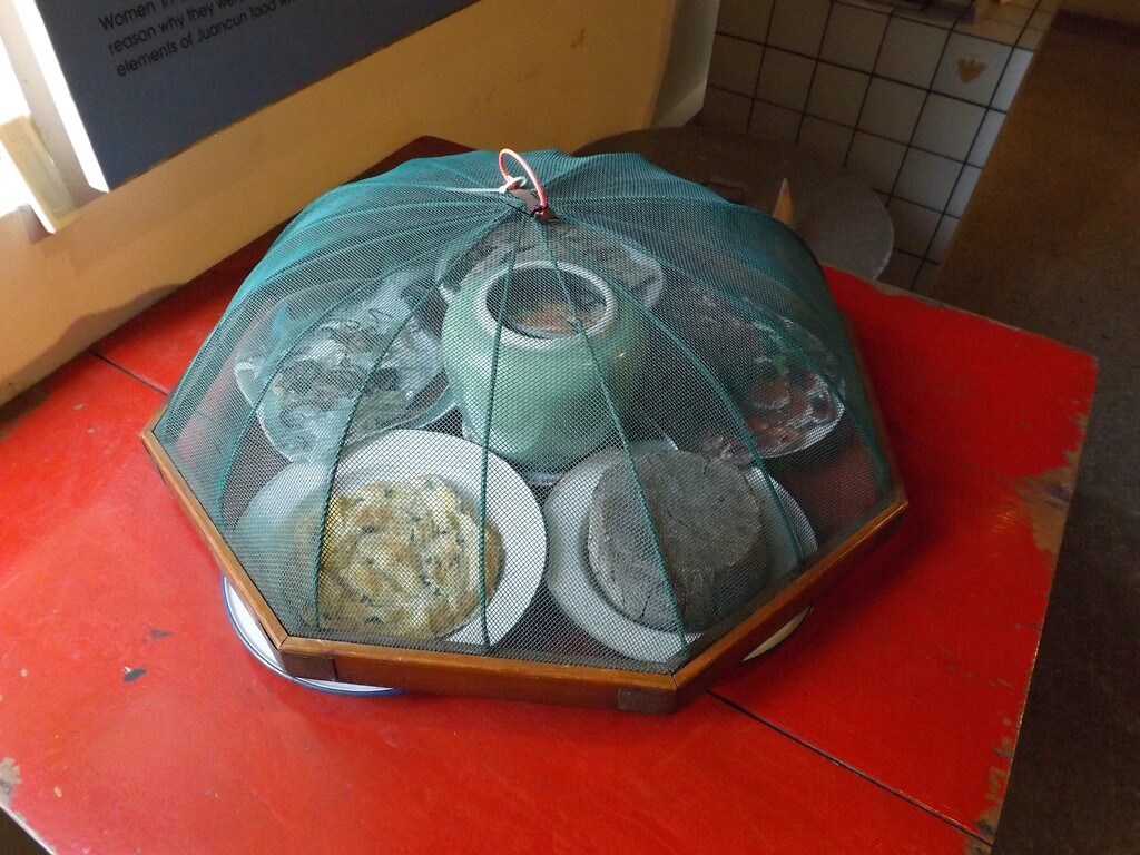 新竹市眷村博物館的圖片:蓋著紗網的家常菜色(模型)