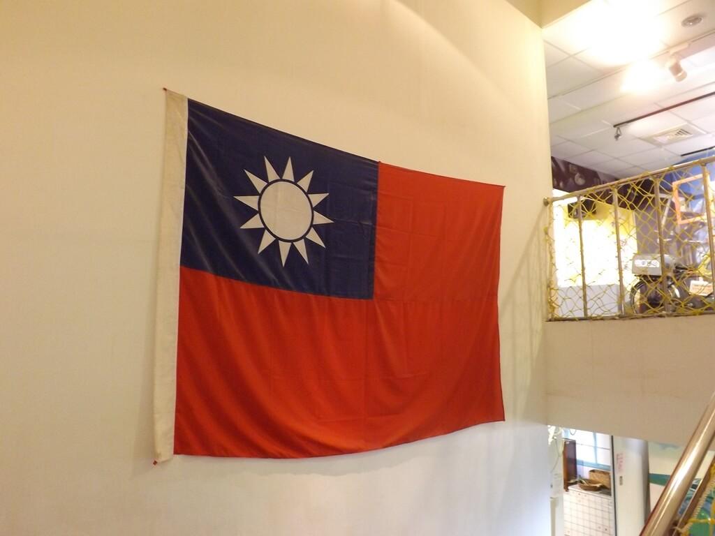 新竹市眷村博物館的圖片:樓梯牆面上的國旗