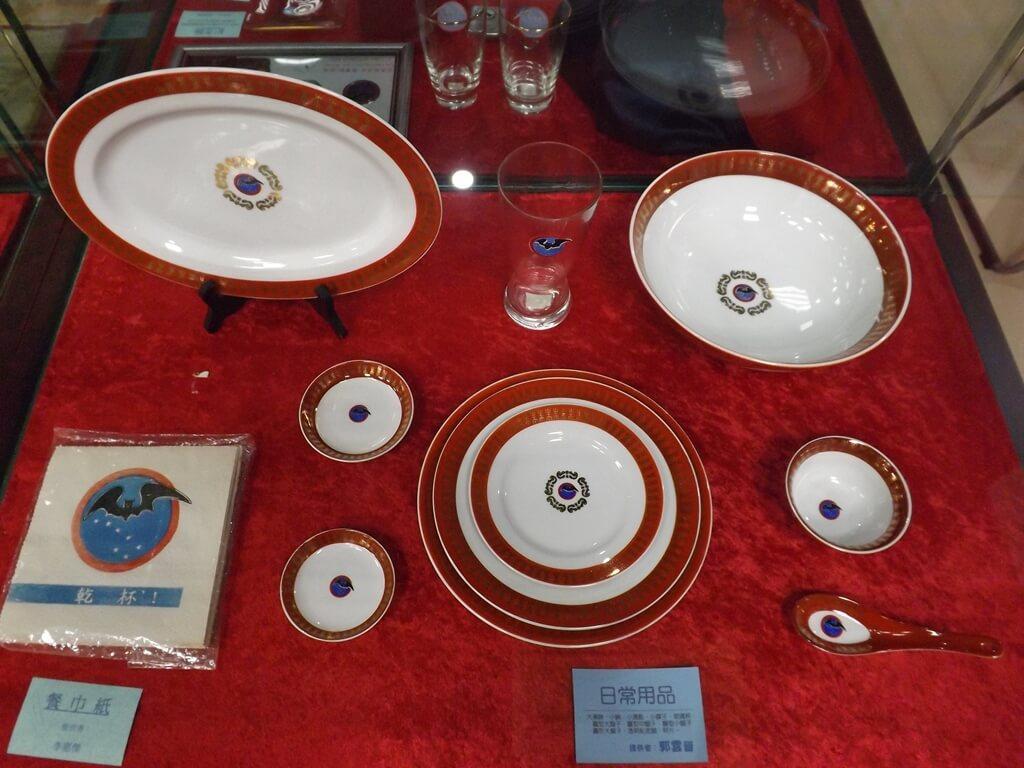 黑蝙蝠中隊文物陳列館的圖片:有黑蝙蝠中隊 Logo 的日常用品、碗盤、湯匙
