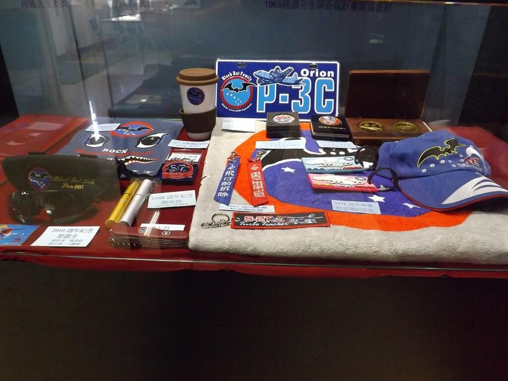 黑蝙蝠中隊文物陳列館的圖片:紀念巾、瑞士刀、咖啡杯、金幣 ...