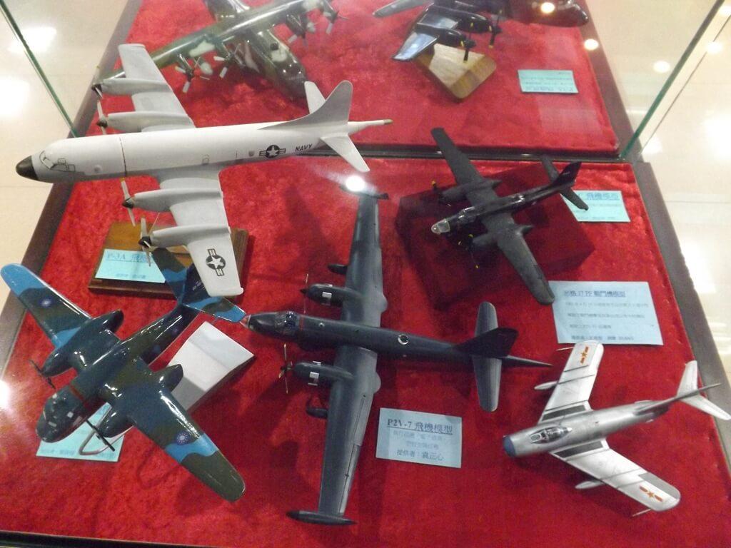 黑蝙蝠中隊文物陳列館的圖片:P-3A、P2V-7、米格 17PF 飛機模型