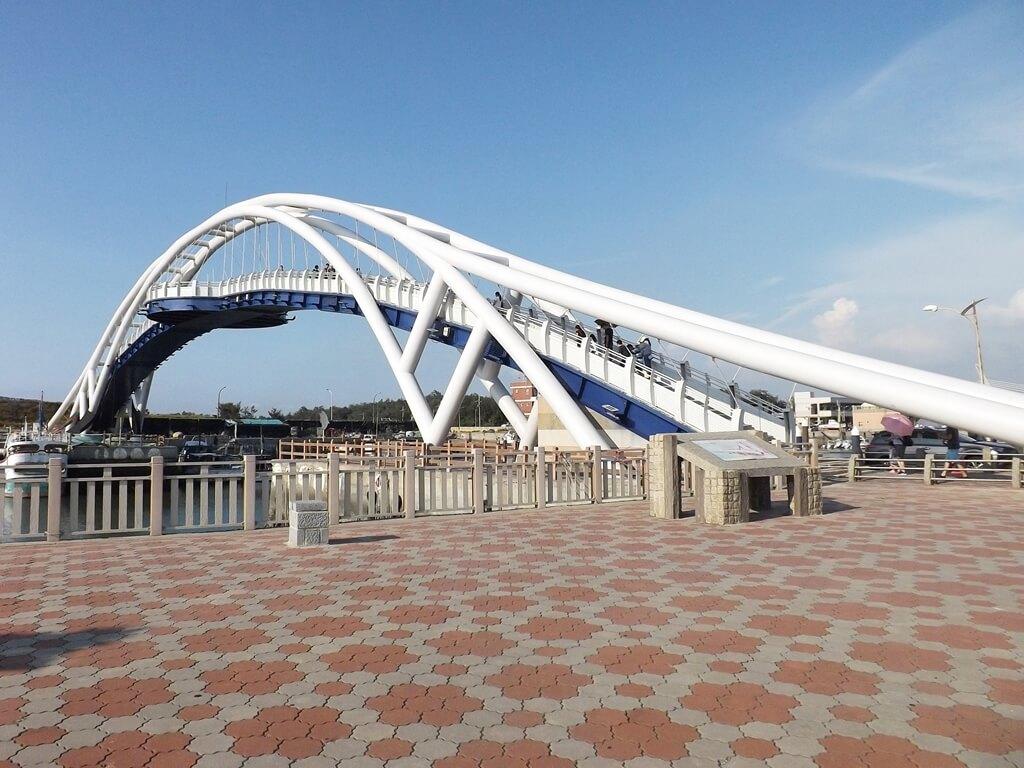 永安漁港的圖片:觀光漁市停車場旁拍攝的永安觀海橋
