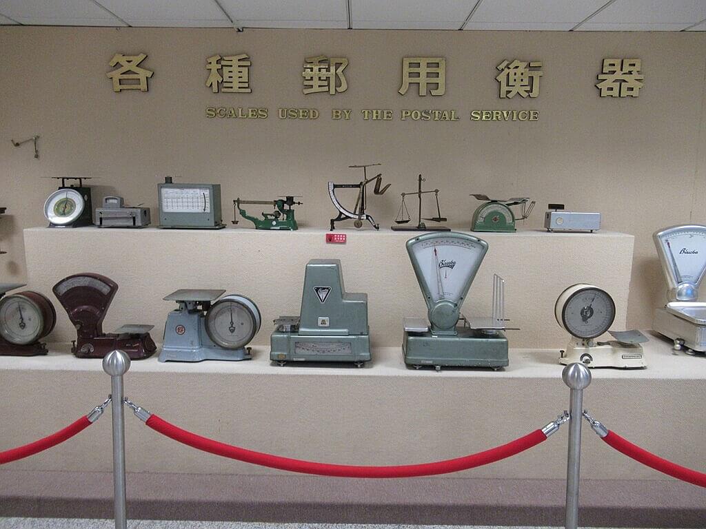 郵政博物館的圖片:各種郵用衡器展示