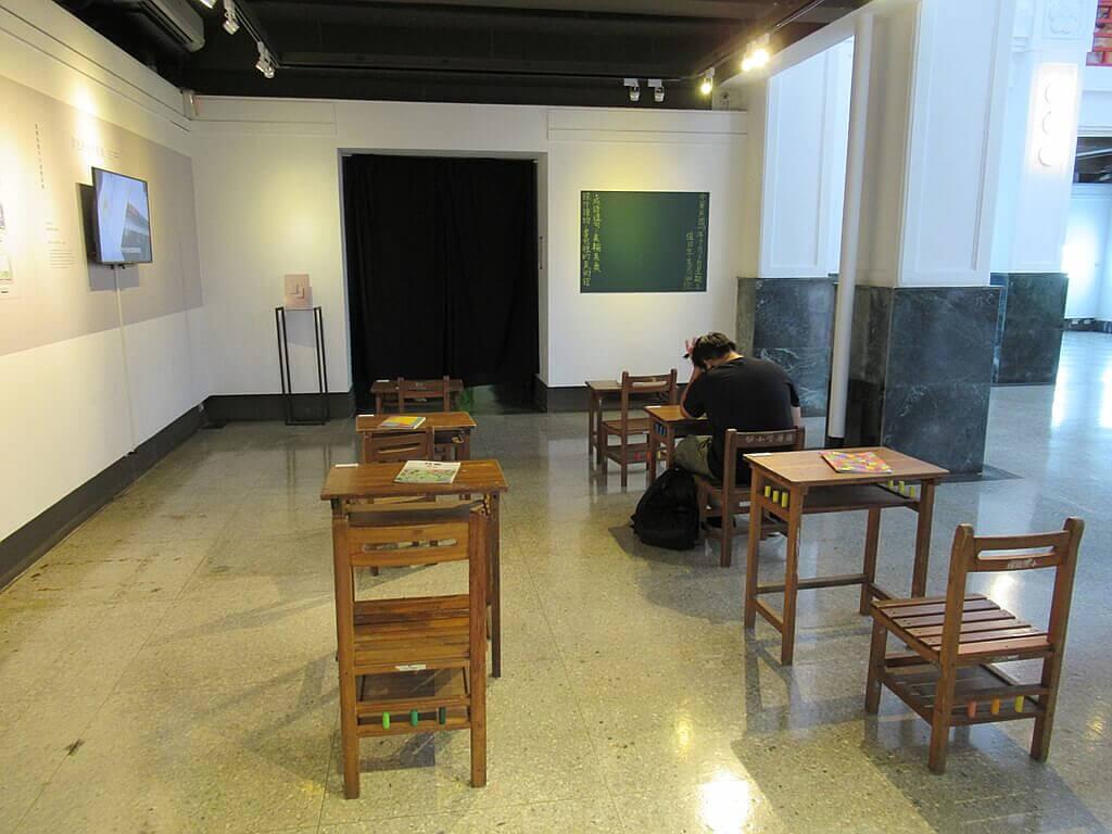 國立臺灣藝術教育館的圖片:復古的國小課桌椅
