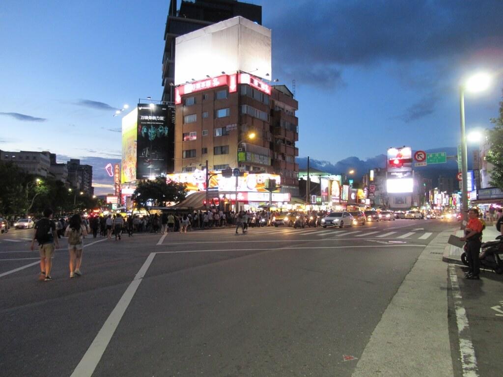士林夜市的圖片:劍潭站出口的夜市景象