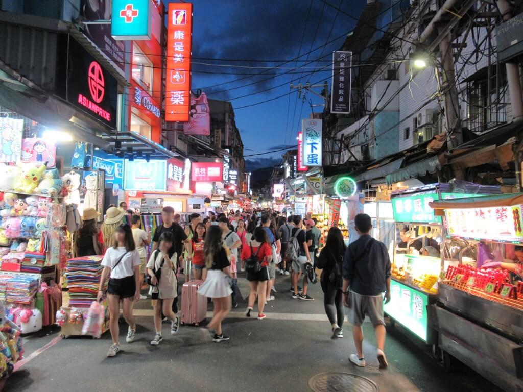士林夜市的圖片:大型連鎖美妝店屈臣氏、康是美就在大東路上