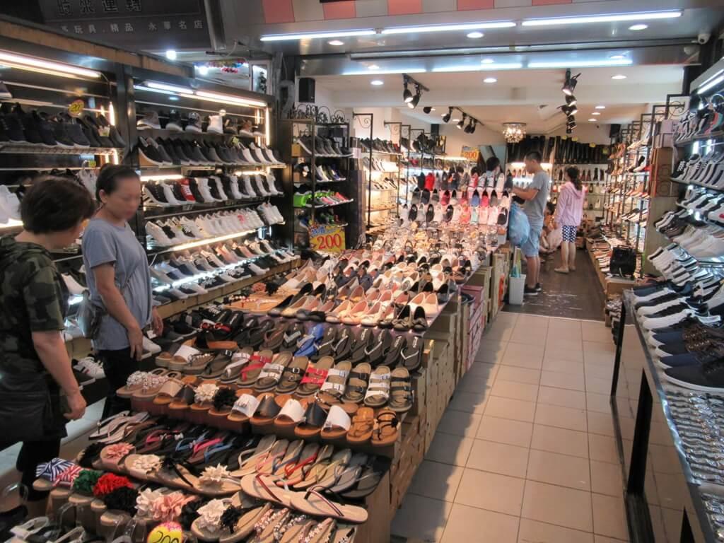 士林夜市的圖片:拖鞋、休閒鞋、夾腳拖鞋、各式鞋墊
