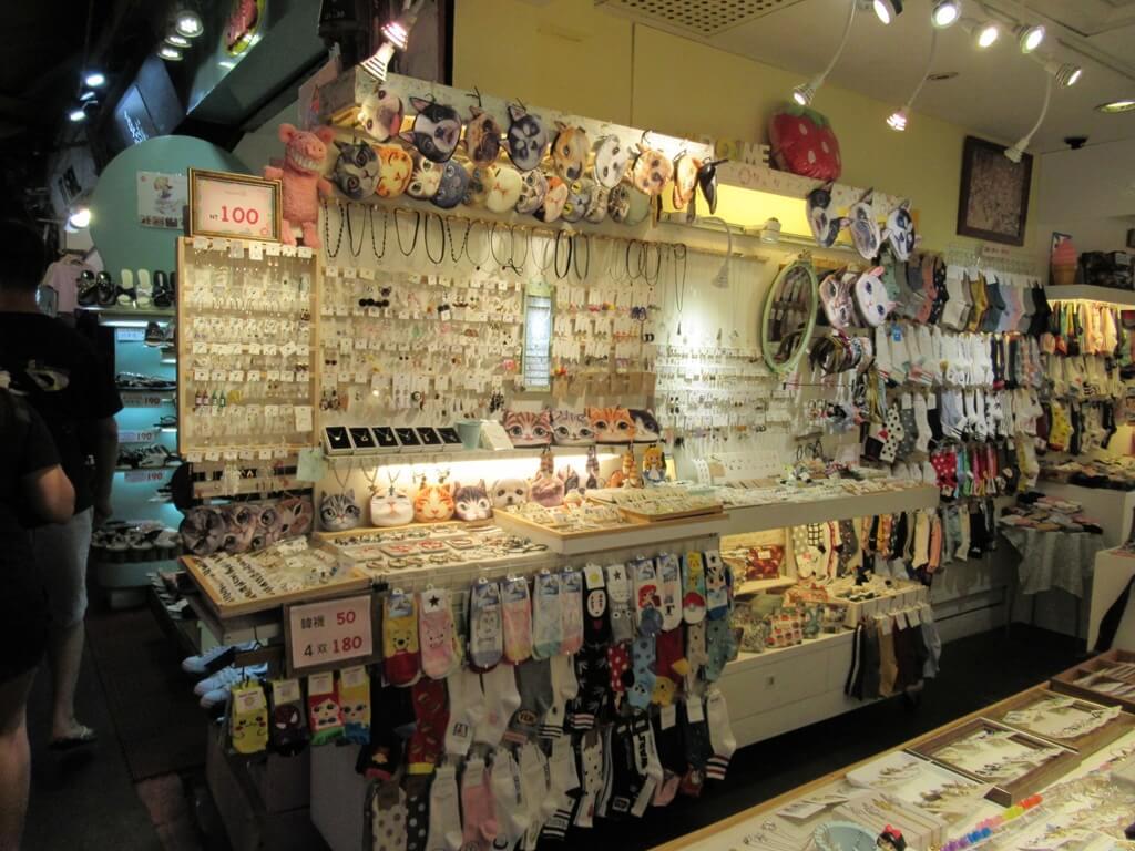 士林夜市的圖片:各式耳環、項鍊、襪子