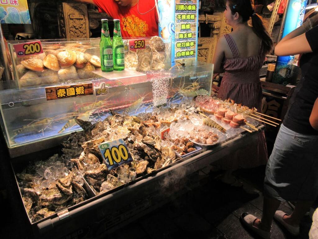 士林夜市的圖片:位於慈諴宮對面的泰國蝦、生蠔、大蚌殼、烤海鮮專賣店