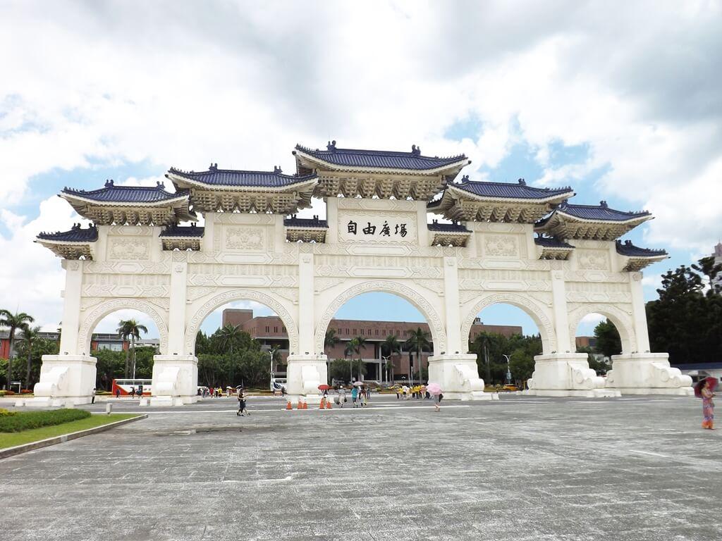 中正紀念堂的圖片:自由廣場牌樓(從兩廳院藝文廣場往中山南路方向拍攝)
