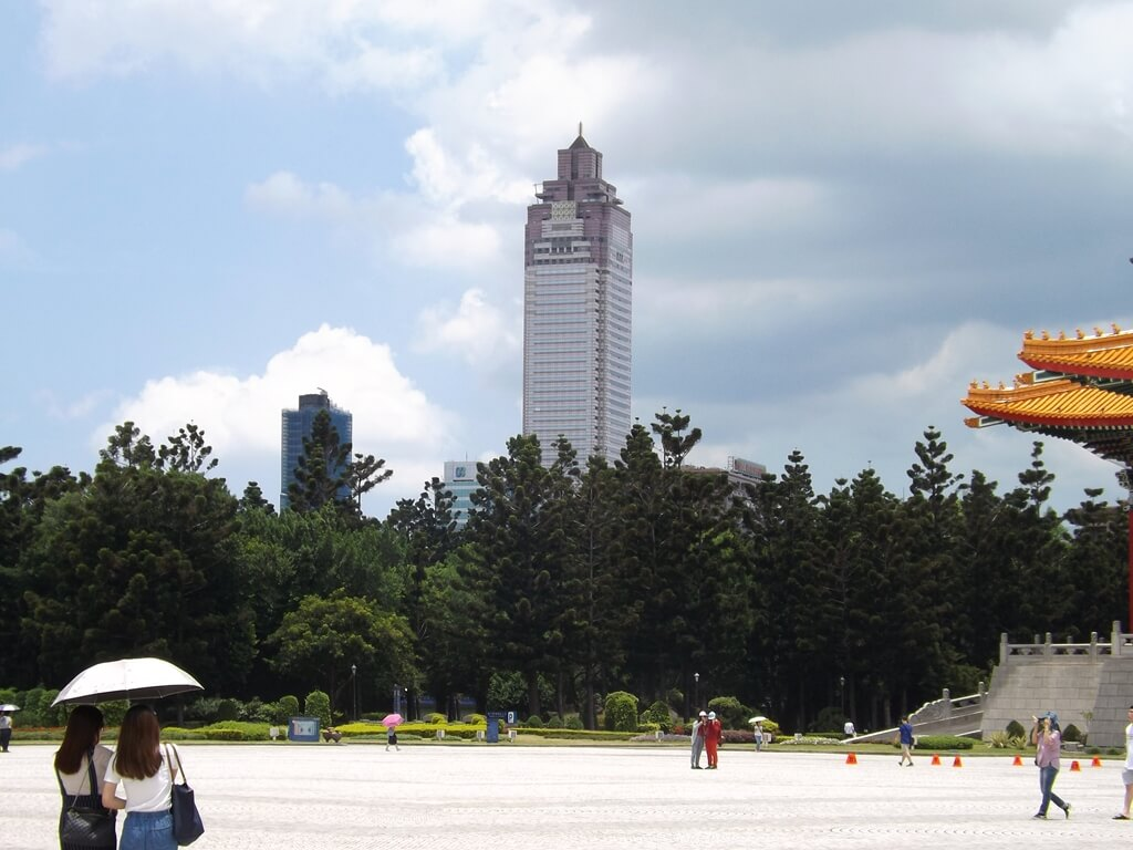 中正紀念堂的圖片:在兩廳院藝文廣場眺望新光三越大樓