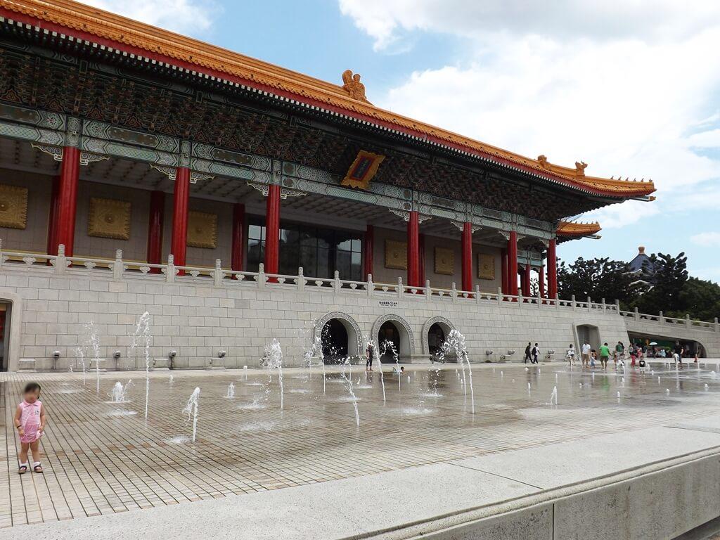 中正紀念堂的圖片:國家戲劇院生活廣場開放戲水