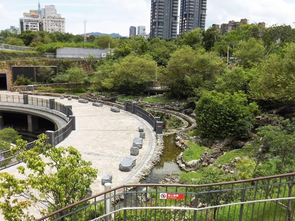 大安森林公園的圖片:捷運大安森林站的半圓形廣場與生態水池