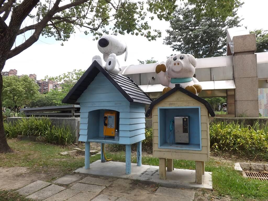 大安森林公園的圖片:兒童遊戲區旁的可愛公共電話亭