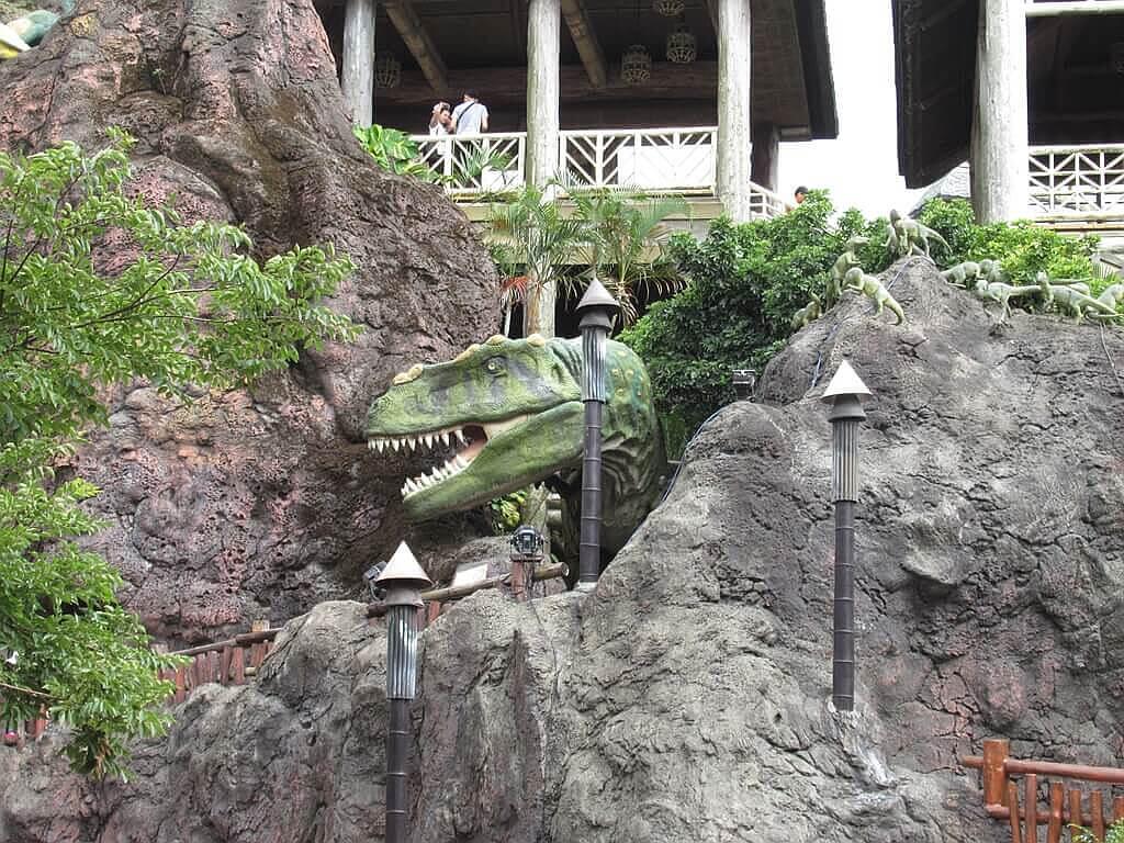 六福村主題遊樂園的圖片:勇闖侏儸紀失樂園岩石裡的恐龍頭