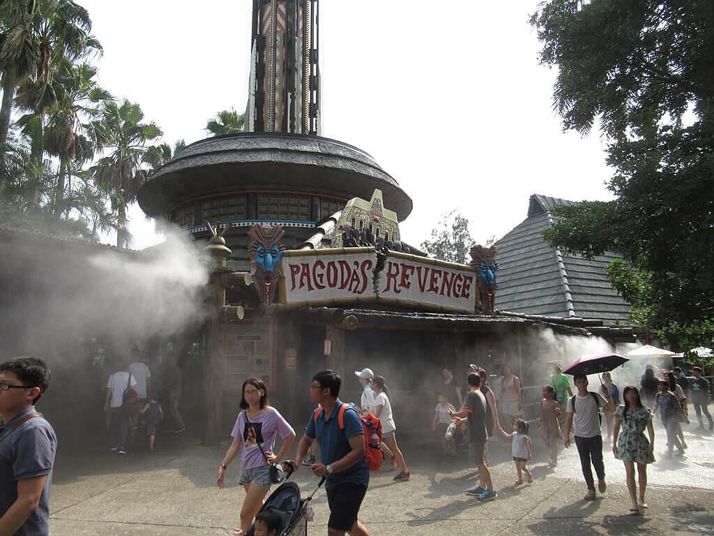 六福村主題遊樂園的圖片:大怒神的基座排隊區噴水霧