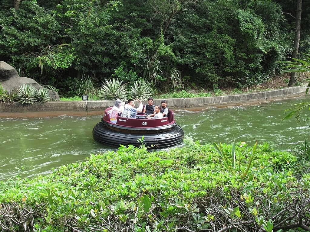 六福村主題遊樂園的圖片:坐在急流泛舟氣墊船上的遊客們