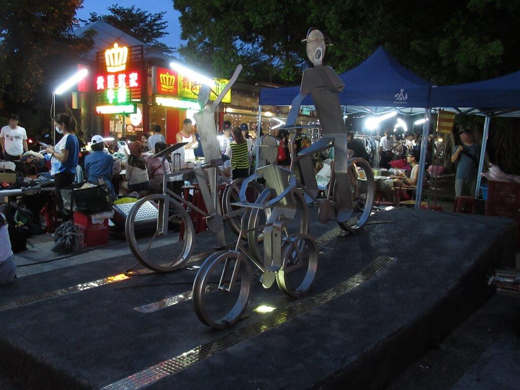 公館夜市(臺北市)的圖片:公館創意市集旁的鐵馬裝置藝術