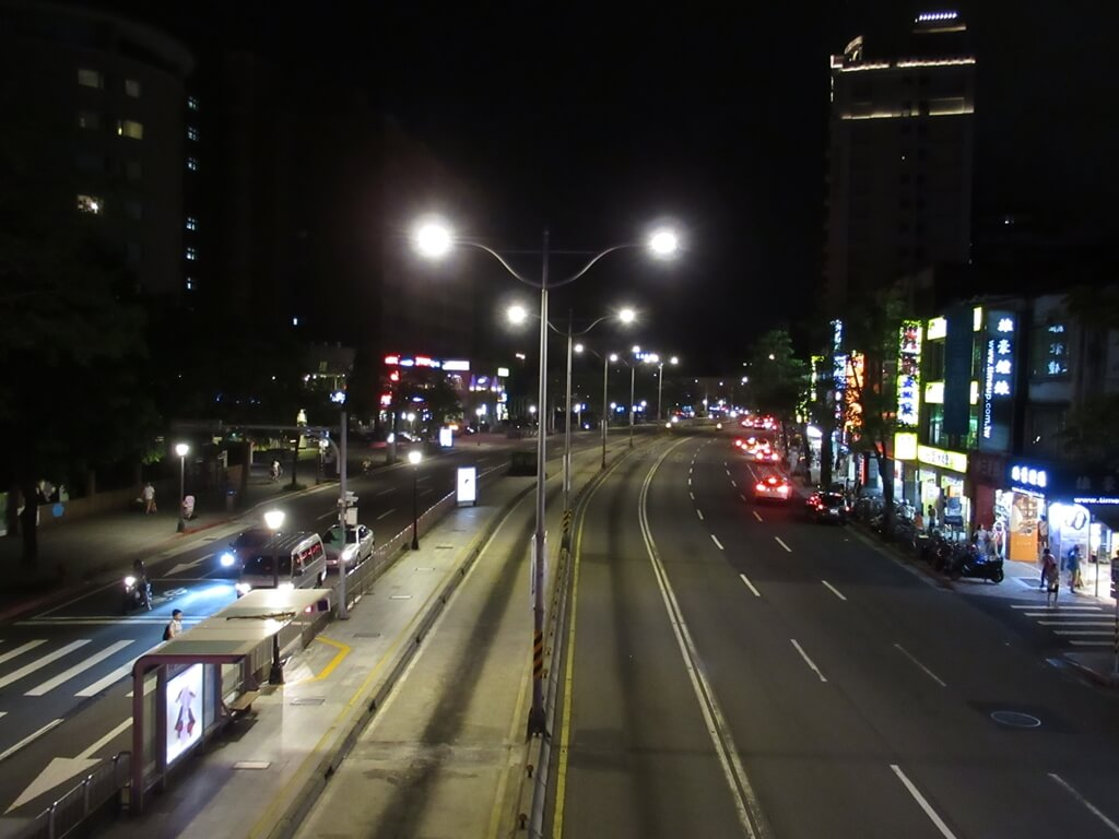 公館夜市(臺北市)的圖片:羅斯福路四段夜景,往新店方向