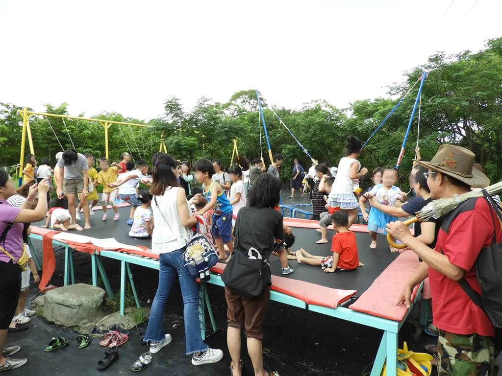 台灣地景花園 Taiwan Land Art Garden的圖片:兒童遊戲區的跳跳床很熱門