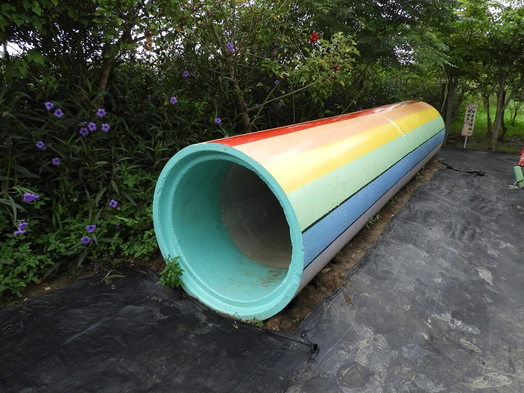 台灣地景花園 Taiwan Land Art Garden的圖片:彩色水泥管