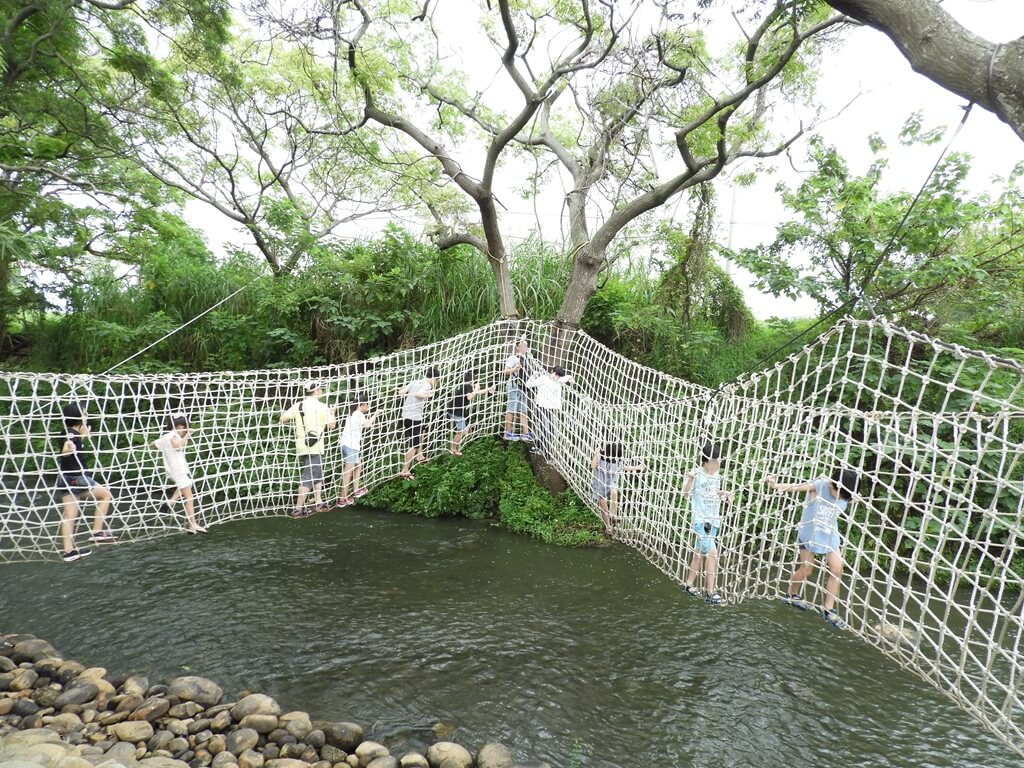 台灣地景花園 Taiwan Land Art Garden的圖片:很多人挑戰溪水上的繩橋