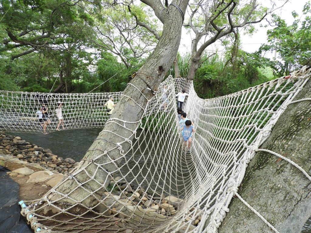 台灣地景花園 Taiwan Land Art Garden的圖片:走在繩橋內的實景,相當有趣