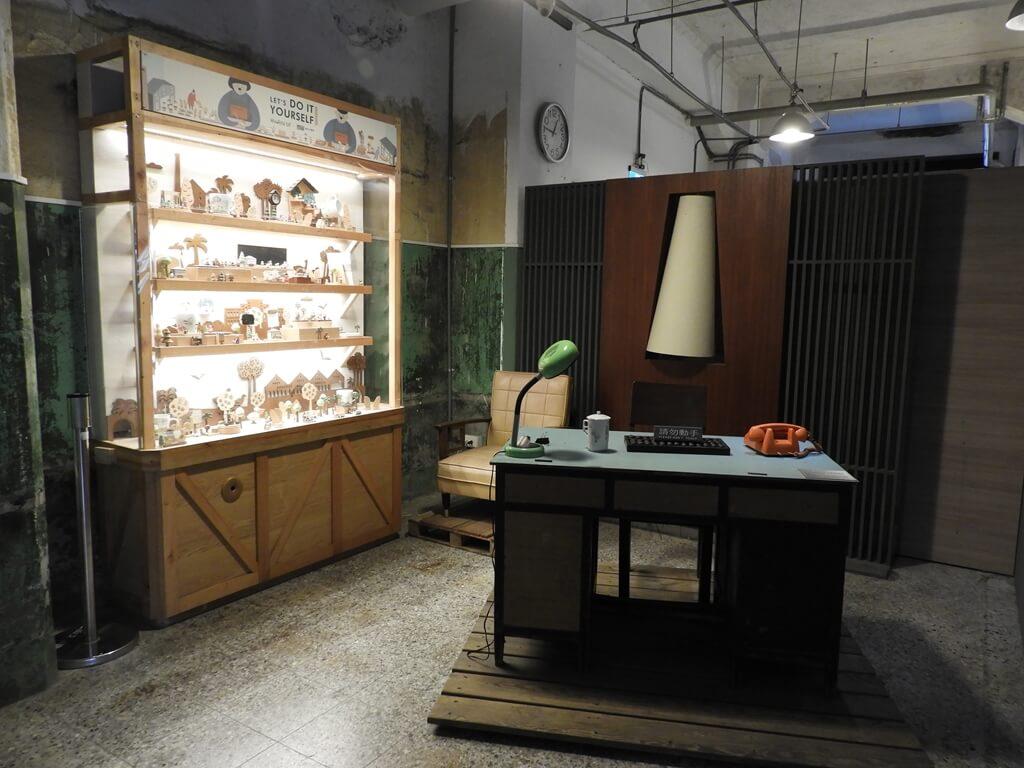 松山文創園區的圖片:松菸小賣所內的辦公桌及木製積木玩具展示