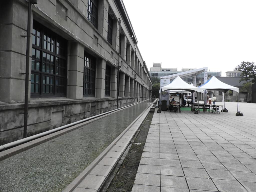 松山文創園區的圖片:松菸建築牆面旁有一水道