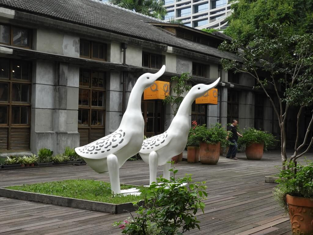 松山文創園區的圖片:LIULI CAFÉ 前的大白鵝