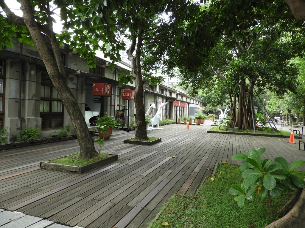 松山文創園區的圖片:琉璃工房前的木質地板