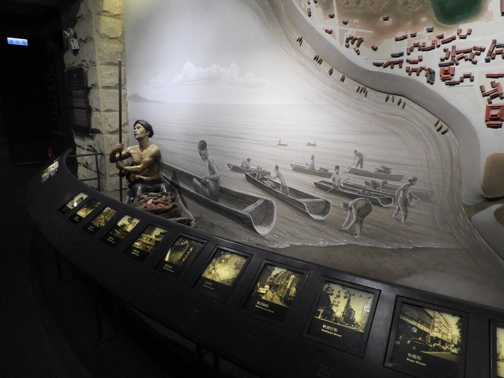 台北探索館的圖片:早期臺北居民在水上划著船運輸示意