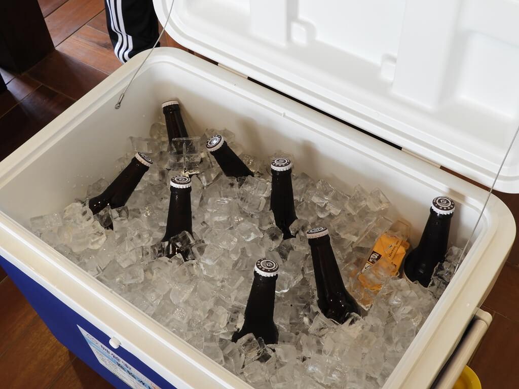 桃園77藝文町的圖片:冰桶與玻璃啤酒罐