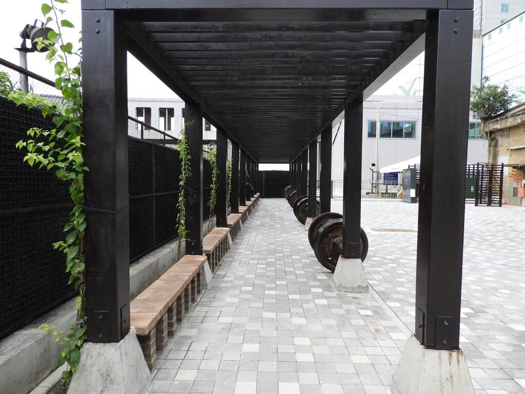 桃園軌道願景館的圖片:戶外搭架座椅區
